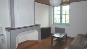 Une pièce avec meubles